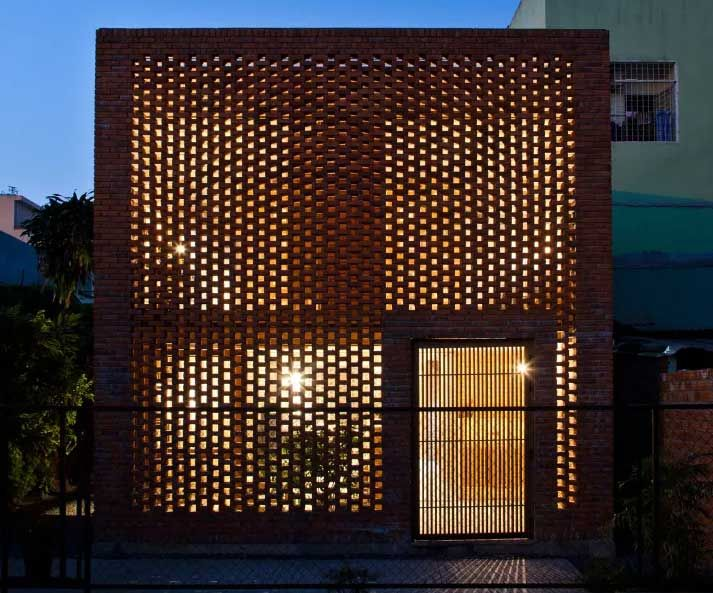 en la noche la luz artificial brilla a travs del ladrillo de la fachada delantera