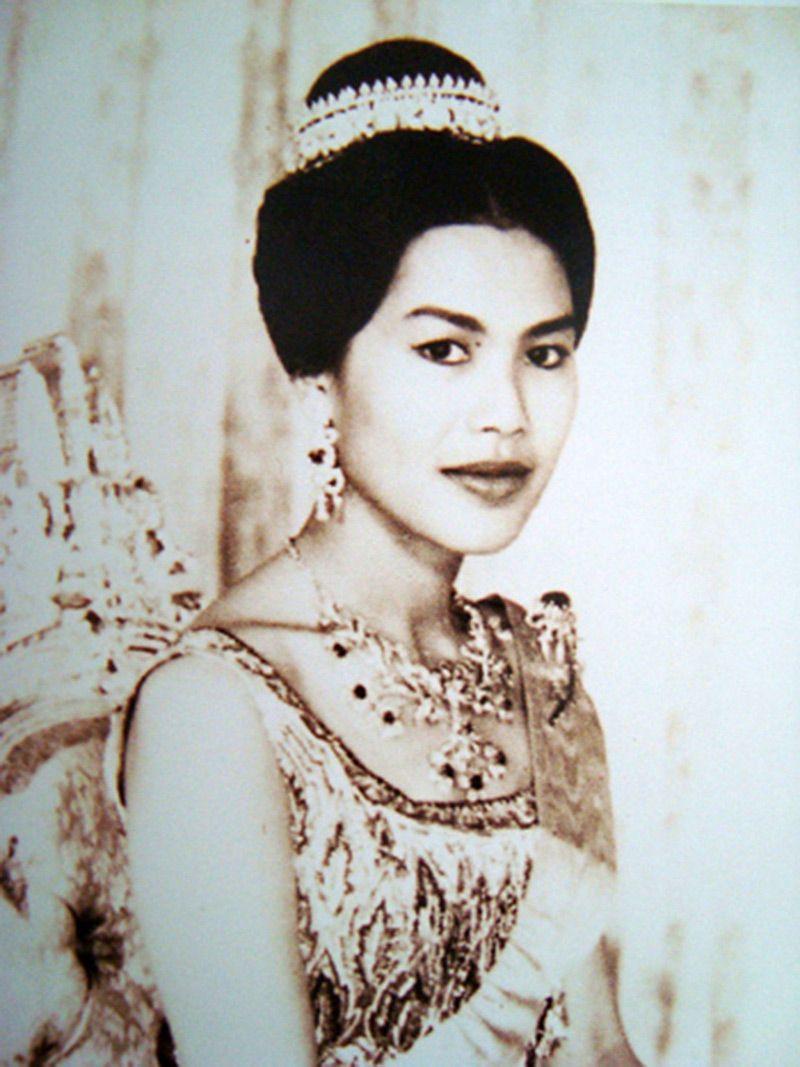 ภาพสมเด็จพระราชินี พระราชินีสิริกิติ์ รวมภาพพระราชินีกว่า 1000 ภาพ  ภาพสมเด็จพระนางเจ้าฯ ภาพเก่าในอดีต ภาพหายาก Queen Photos, Queen S…    ภาพหายาก, ประวัติศาสตร์, ภาพ