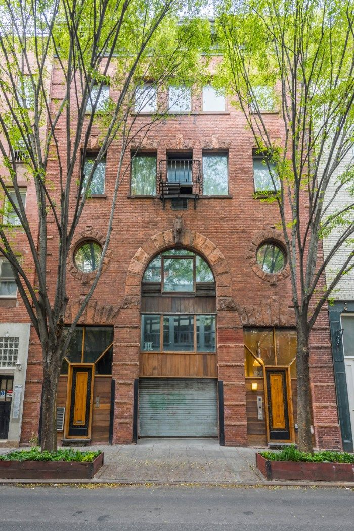 2 8m Condo At Former Greenwich Village Horse Stable Boasts Great Windows And Exposed Brick Dengan Gambar