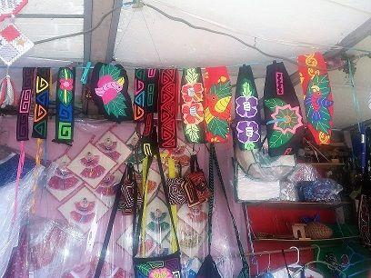 Mercado de pulgas, venta de molas y objetos tipicos