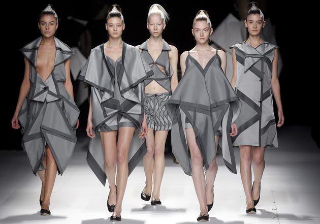 colección otoño-invierno 2011/2012 del diseñador japonés Issey Miyake durante la semana del Prêt-à-Porter de París (Francia),