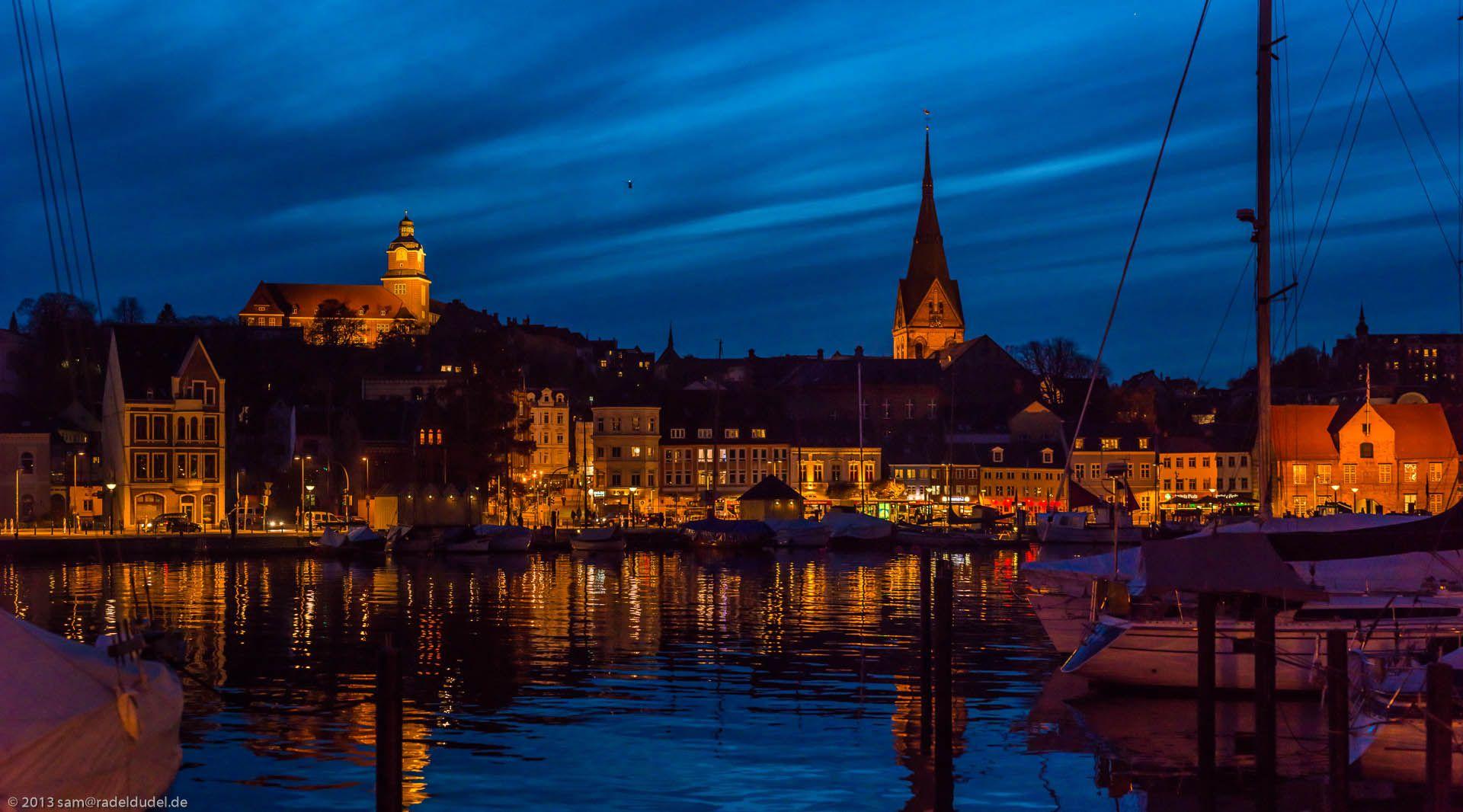 Flensburger Hafen und Westufer in der Abenddämmerung.