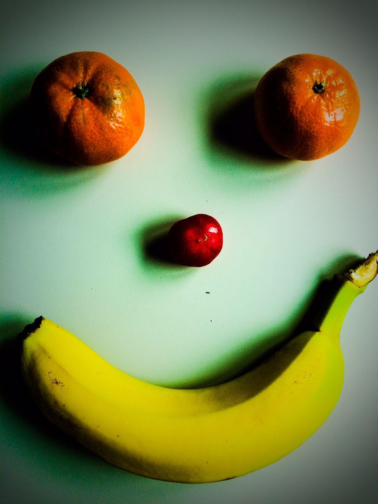 Smiling banana, looking good through those madarin eyes. Nosey radish nonetheless.