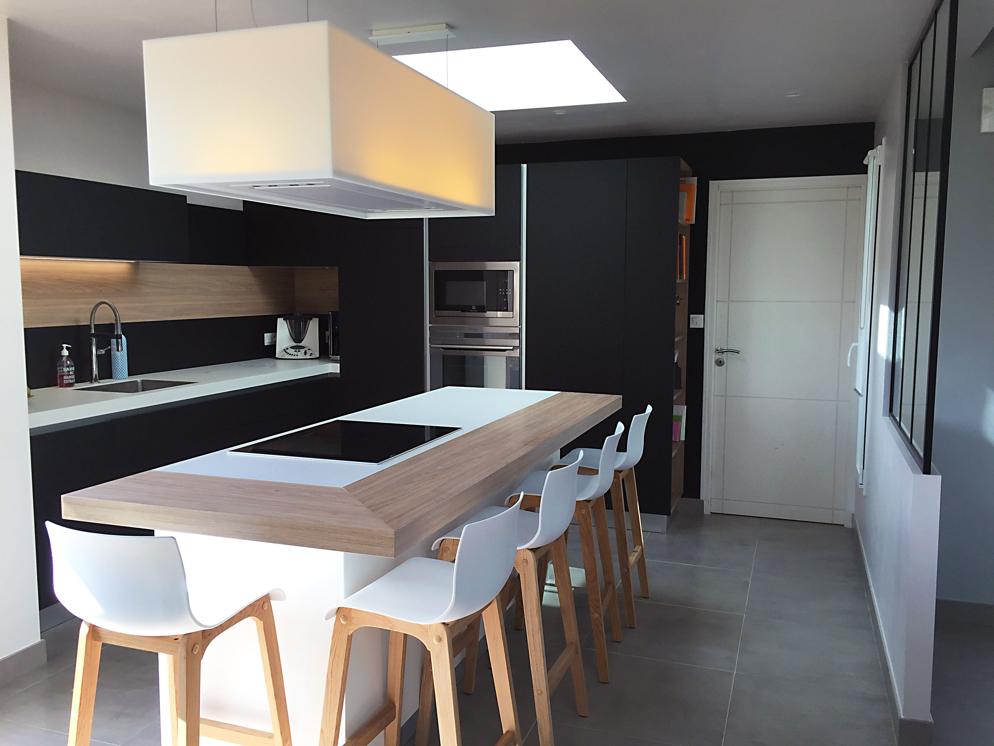 Ilot central ceramique entour d 39 un plan en bois vintage tous les meubles sont en fenix noir - Ilot central noir ...