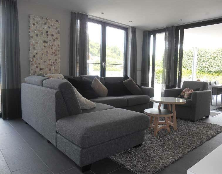 Interieur woonkamer zwart grijs kunst parelmoer resi