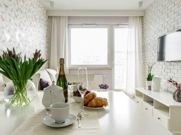 Dlugi Ale Dosc Waski Salon Wypelnia Romantyczna Aura I Ciekawe Detale Takie Jak Biale Cegly Na Jednej Cz Small Apartment Living Small Spaces Apartment Design