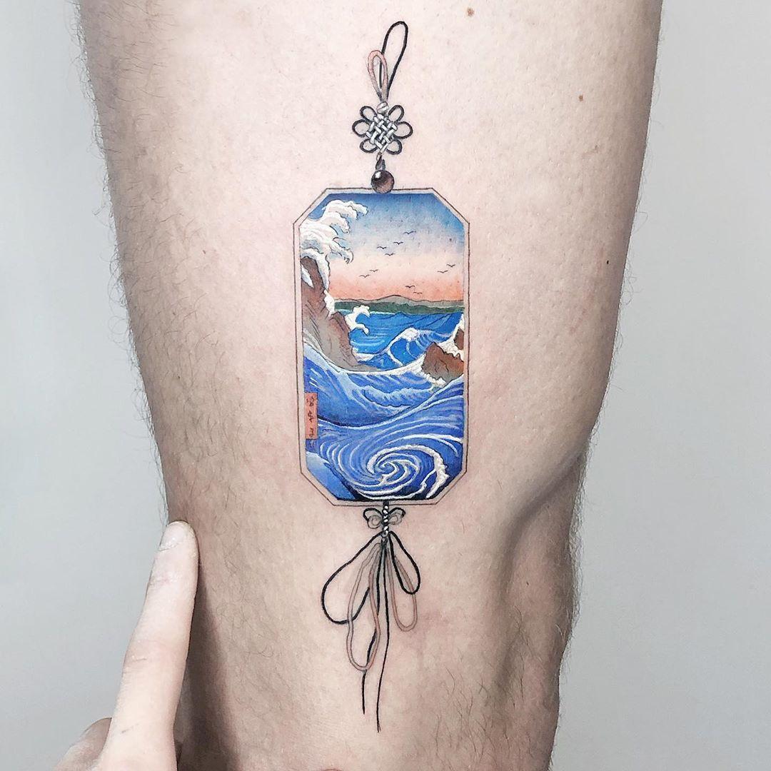 Tattoo Tatowierung Kunst Korperkunst Idee Design Tattoospirit Wasser Kleinigkeit Felsen Ornament Mannlich In 2020 Tattoos Traditional Japanese Tattoos