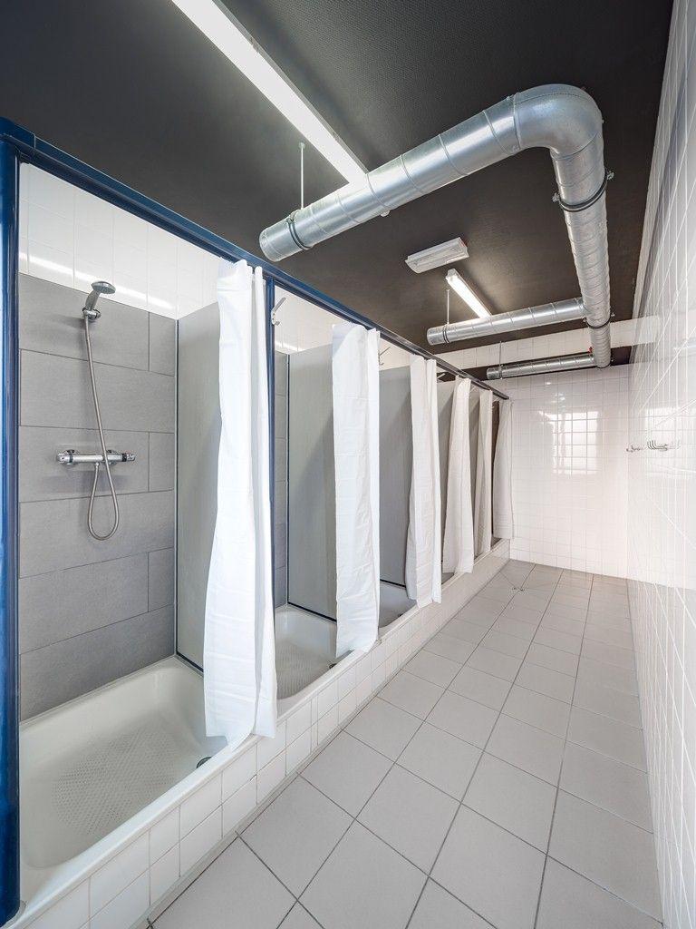 baño compartido  cool hostels  pinterest  bathroom room and dorm . baño compartido unisex bathroom dorm bathroom bathroom ideas locker roomshower shower
