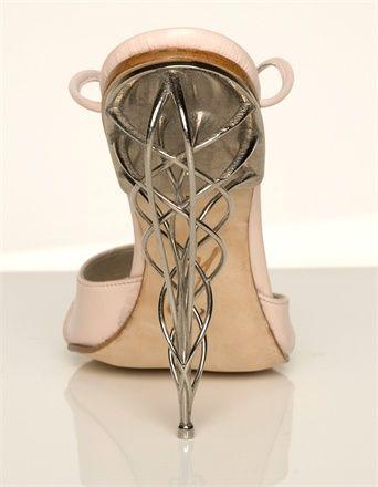 Sapato de salto alto com inspiração no Art Nouveau