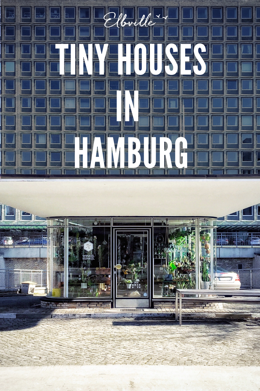 """Manchmal ist die große Freiheit kleiner als gedacht – ein Phänomen, das der """"Tiny-House-Trend"""" feiert. Ich feiere mit und darum zeige ich Euch hier ein paar charmante kleine Gebäude, die ich auf meinen Streifzügen durch Hamburg entdeckt habe. Manchmal kaum größer als ein Schuhkarton, erzählen sie skurrile Geschichten, beherbergen Hamburgs kleinste Restaurants oder putzige Mini-Shops und liefern 7 x den Beweis: The winner is winzig!"""