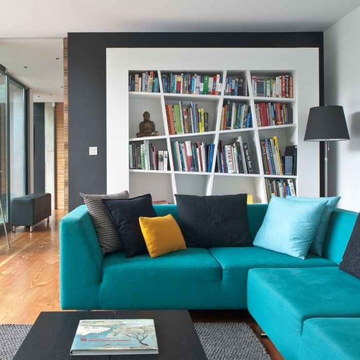 Modernes Wohnzimmer Sitzecke Türkis blau Bücherschrank schwarz weiß ...