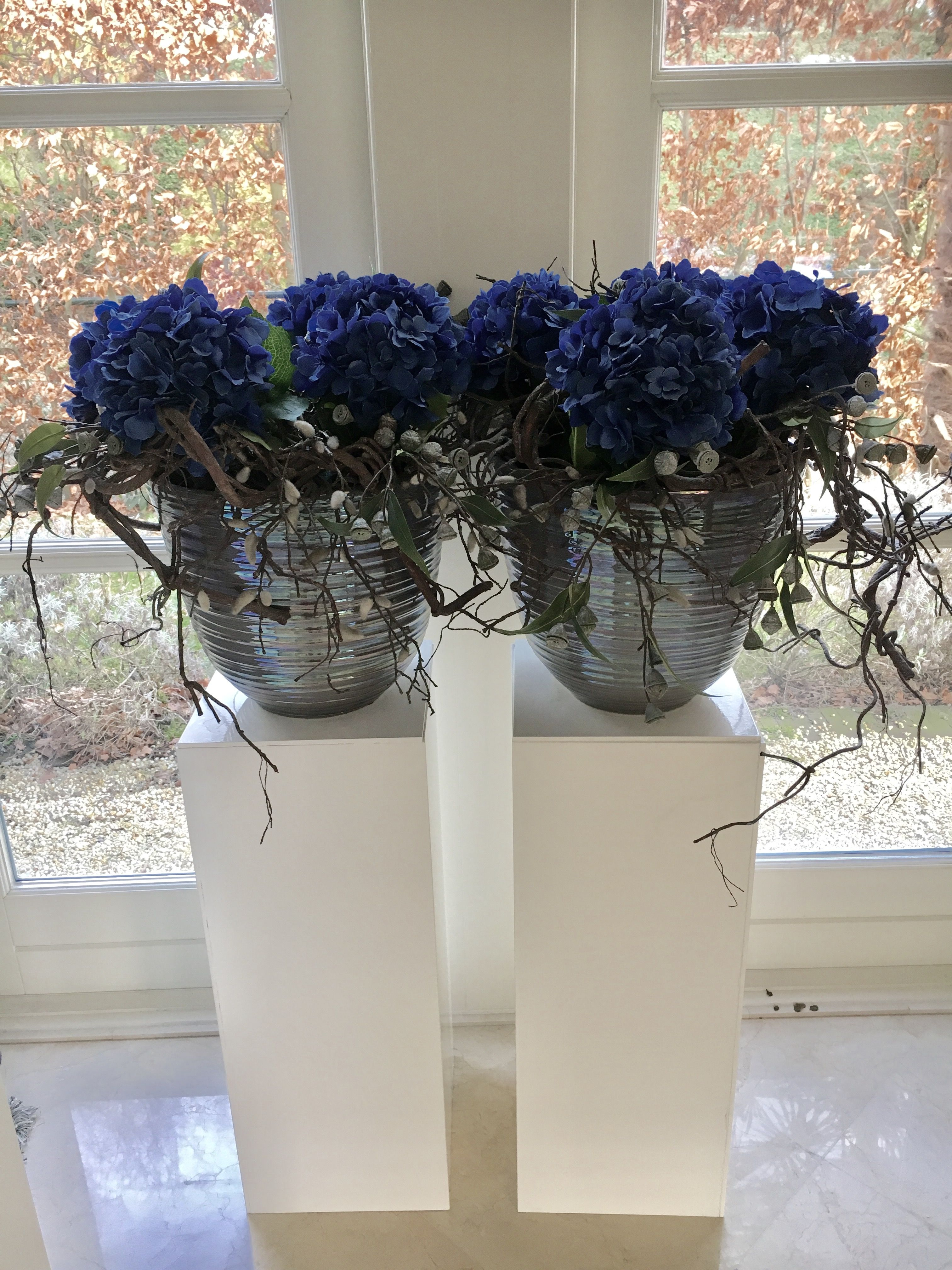 Close to real! Blauwe hortensia's met eucalyptus in pot op sokkel!