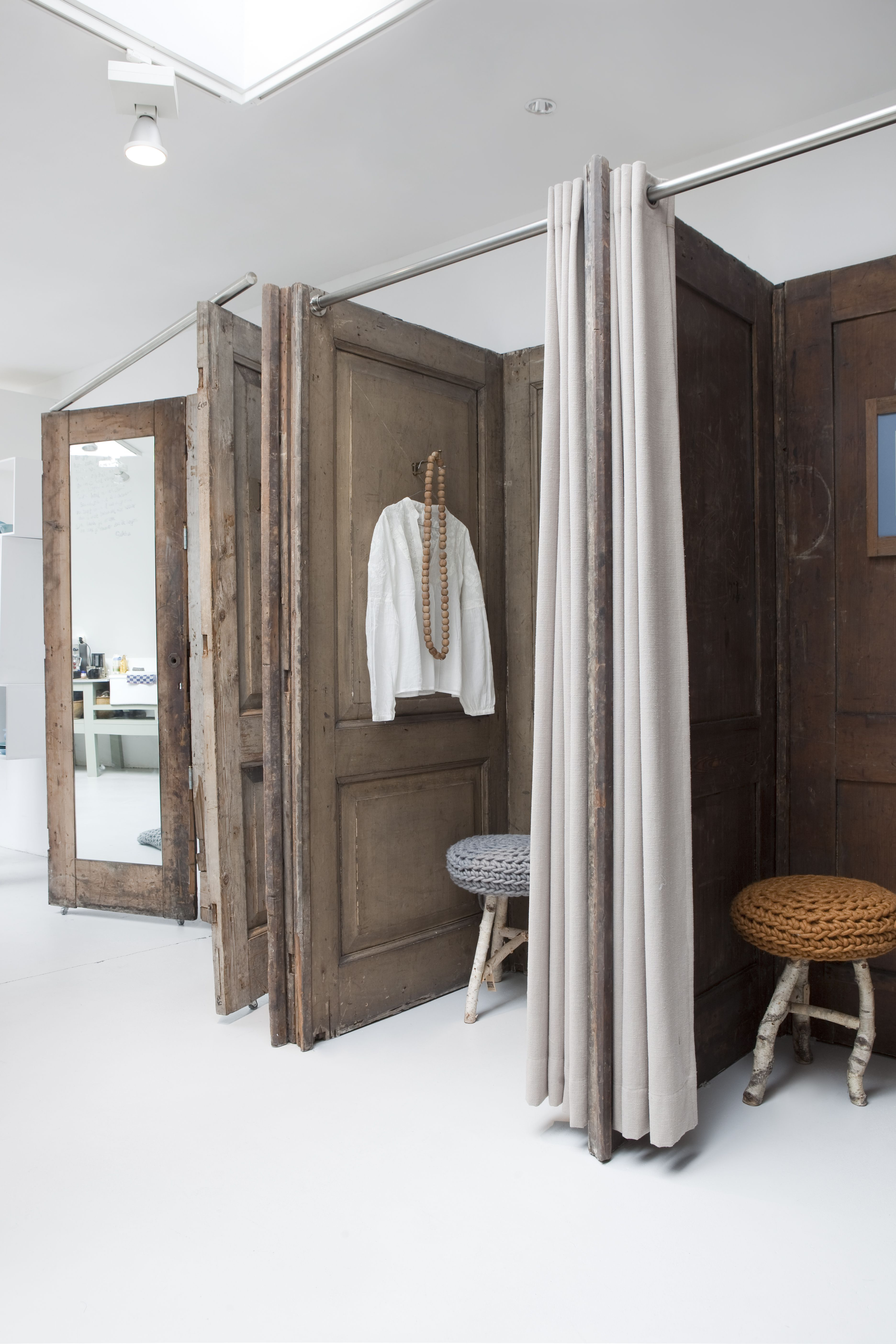 Reutilizar puertas de madera antiguas dressing room for Boutique rooms