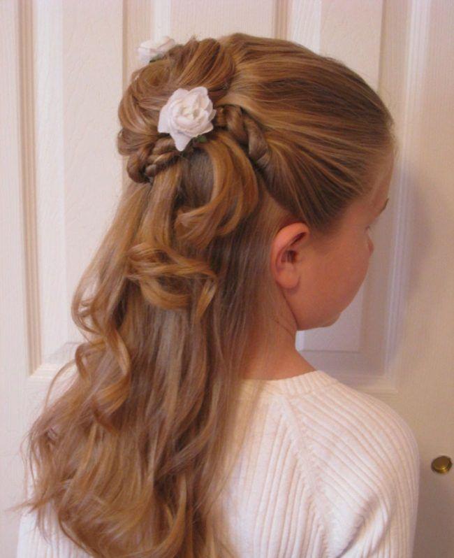 Kinderfrisuren Fur Madchen Halboffen Dutt Idee Locken Rosen Accessoire Kinderfrisuren Kommunion Frisur Madchen Coole Frisuren
