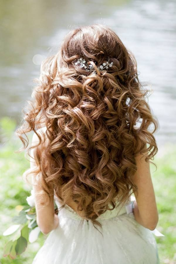 Wedding Hairstyles For A Gorgeous Wavy Look Modwedding Quince Hairstyles Flower Girl Hairstyles Curly Wedding Hair