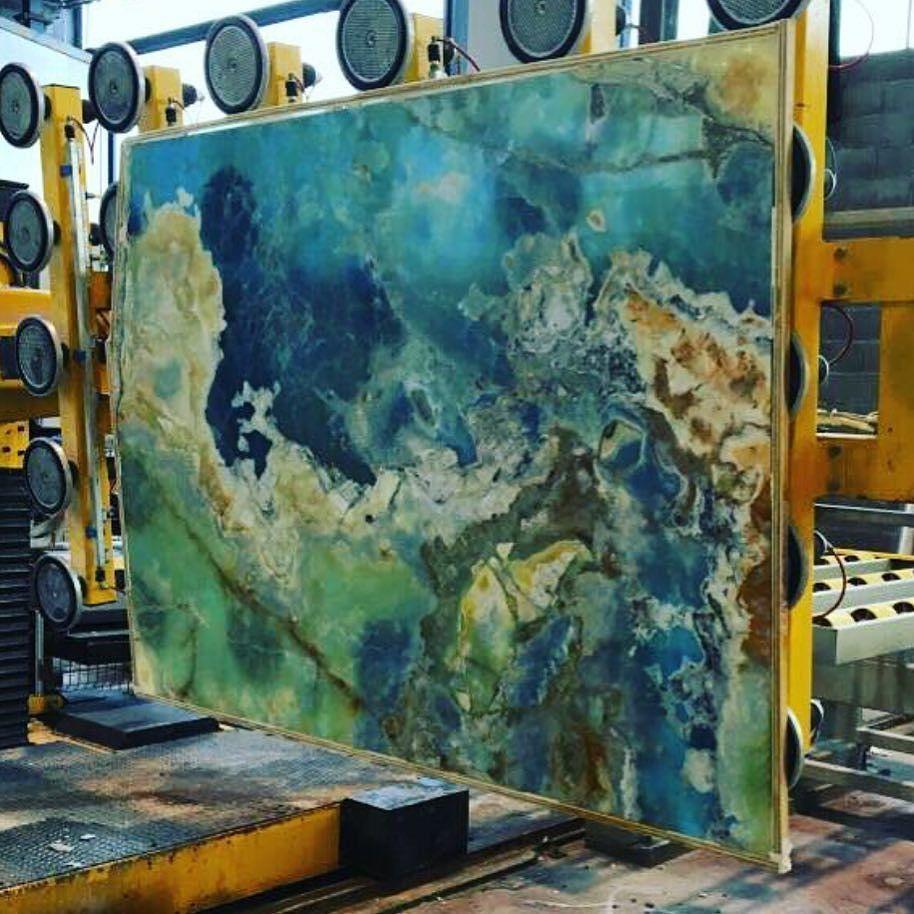 Contemporary Onyx Walls Gift - Bathroom and Shower Ideas - purosion.com