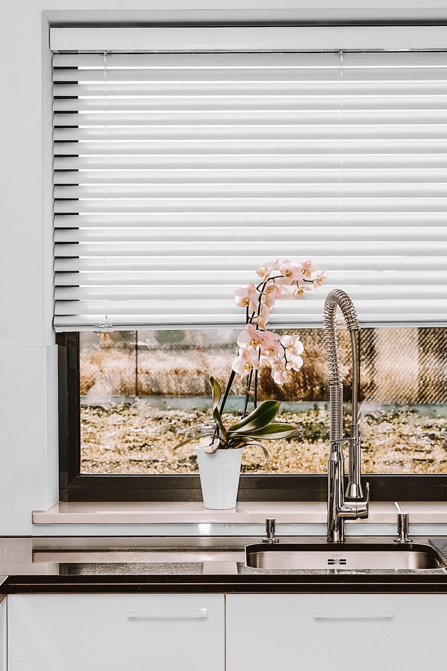 Biale Zaluzje W Kuchni Nasze Domowe Pielesze Blinds Roman Shade Curtain Home