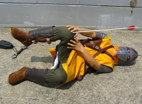 cosplay garde flèche dans le genoux
