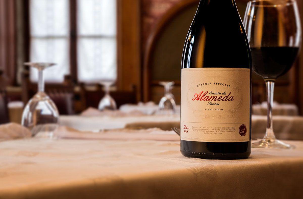 Assista ao renascer da Quinta da Alameda que apresenta o seu primeiro vinho e a imagem da sua marca!Uma imagem nobre que prima pela elegância e remete para a antiga realeza através dos seus pormenores sublimes.