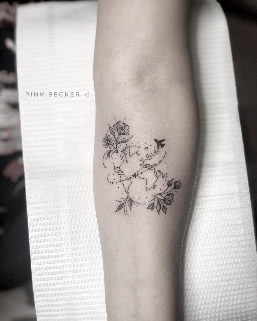 Tatuagem criada pela tatuadora brasileira Pink Becker de São Paulo. Clique para entrar em contato com a artista e veja outros trabalhos dela.    #tattoo #tatuagem #delicada #art #arte