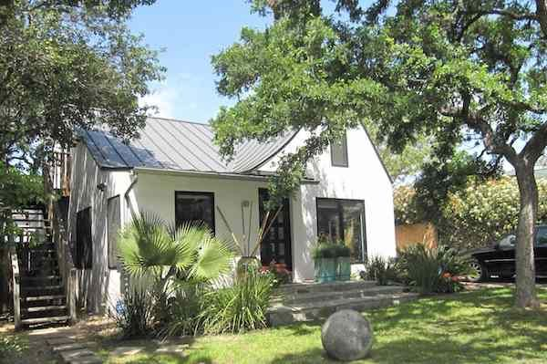 Gorgeous 1930 S Bungalow Redo Love The Stucco And Metal Roof Cottage Exterior White Stucco House Metal Roof Houses