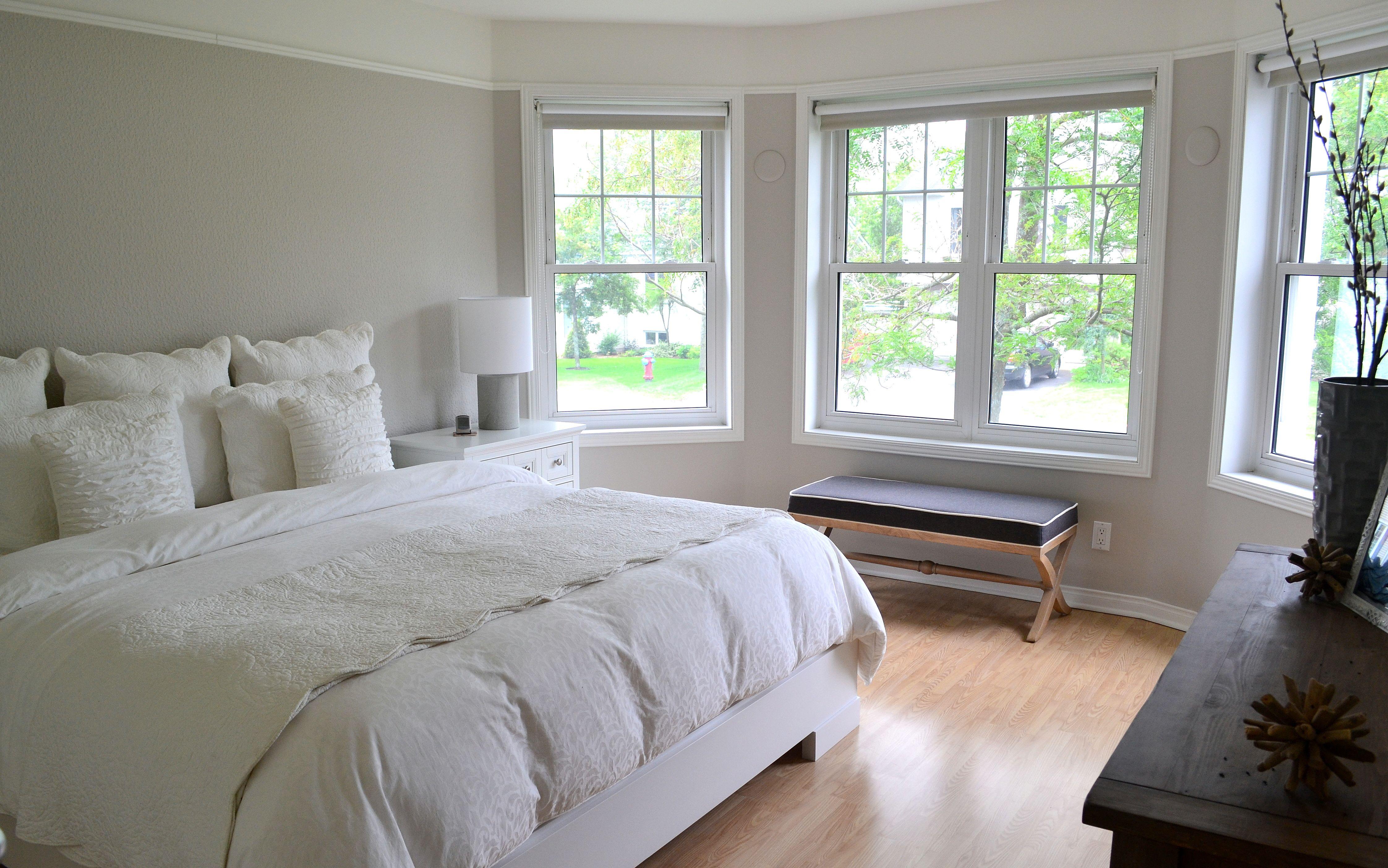 Chambre A Coucher Classique Blanc Grande Fenetres Home Decor Home Furniture