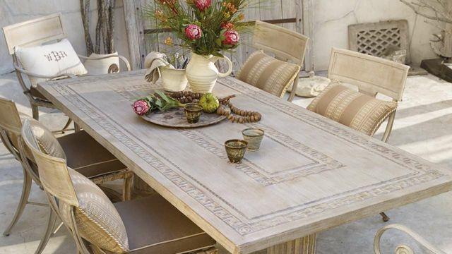 salon de jardin patio-ensemble-chaises-table-bois-gravé ...