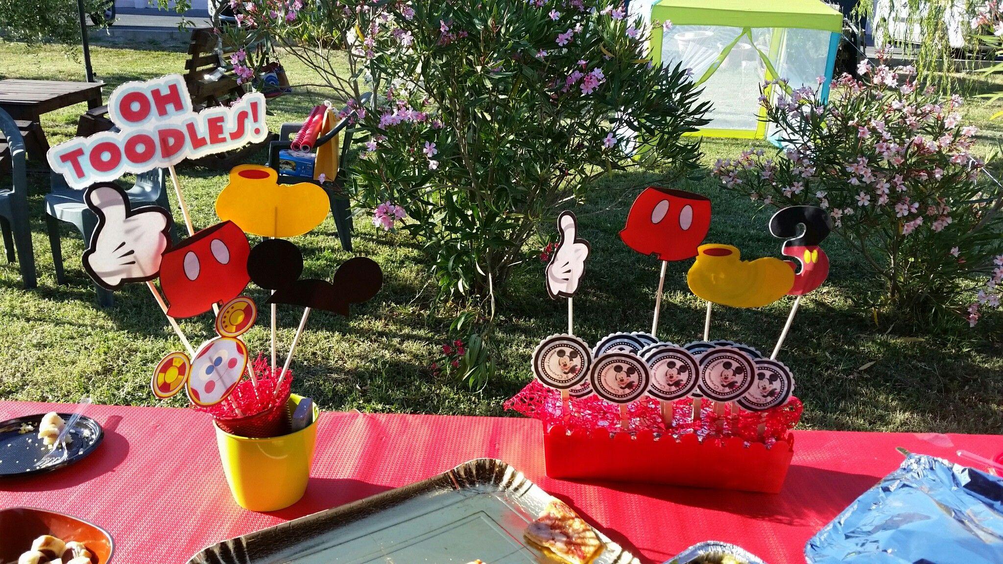 Tavolo Buffet ~ Tavolo buffet arricchito di sfere bianche e popon di velo color