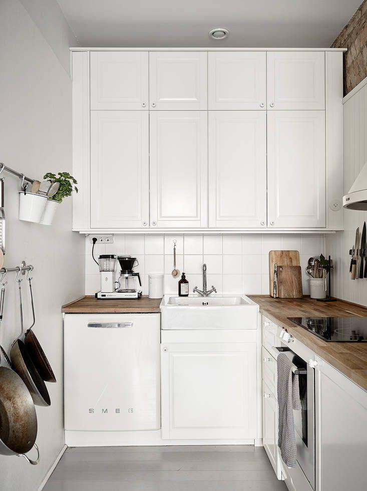 une petite cuisine bien am nag e blanc immacul d co et. Black Bedroom Furniture Sets. Home Design Ideas