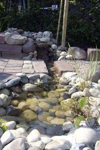 Wasserlauf mündet in einen kleinen Teich