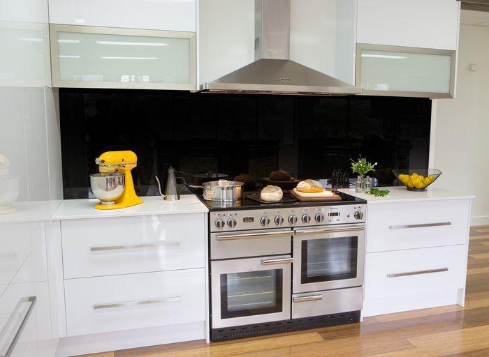 cuisine blanche chrome et parquet avec le piano de. Black Bedroom Furniture Sets. Home Design Ideas