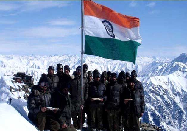 12 Pictures Of Indian Soldiers Hoisting National Flag Will Motivate You To Join Them In 2020 Independence Day Images Army Images Indian Army