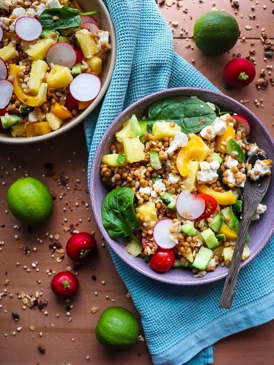 Photo of Ensalada completa: Arroz, legumbres, frutas. [Idea de plato único