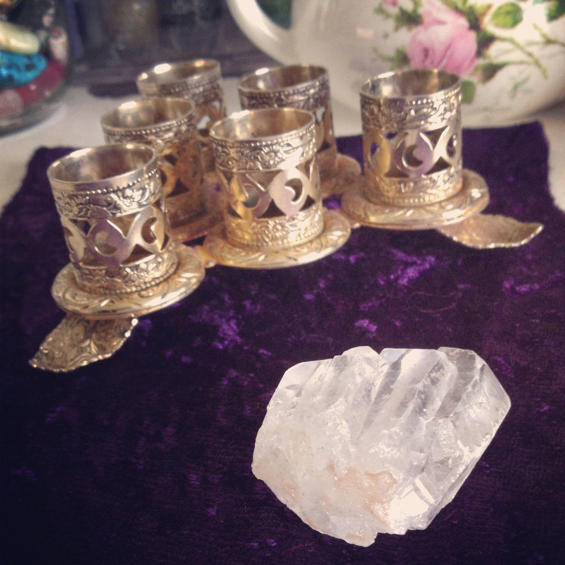 Simple gifts can be some of the best <3 #quartz #crystal #crystalquartz #vintage #lipstick holder #velvet