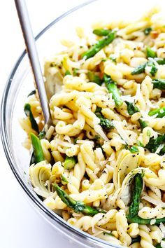 This delicious Lemon Artichoke Asparagus Pasta Salad is super simple to make, and full of the best fresh spring flavors! | http://gimmesomeoven.com