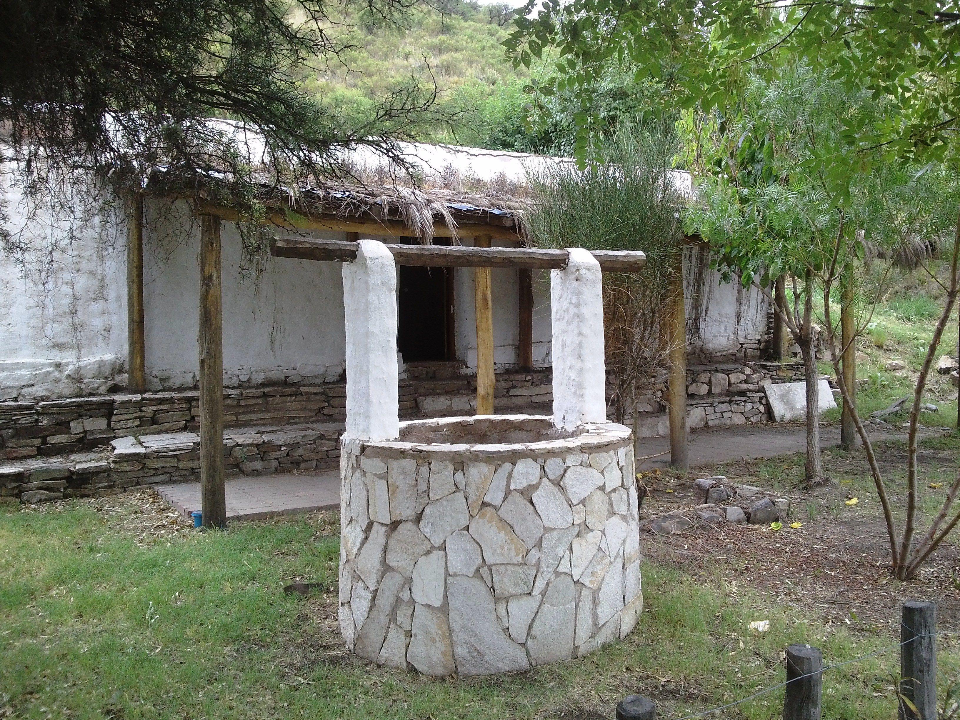 Aljibe o pozo de agua en el patio del rancho serrano san for Patios decorados