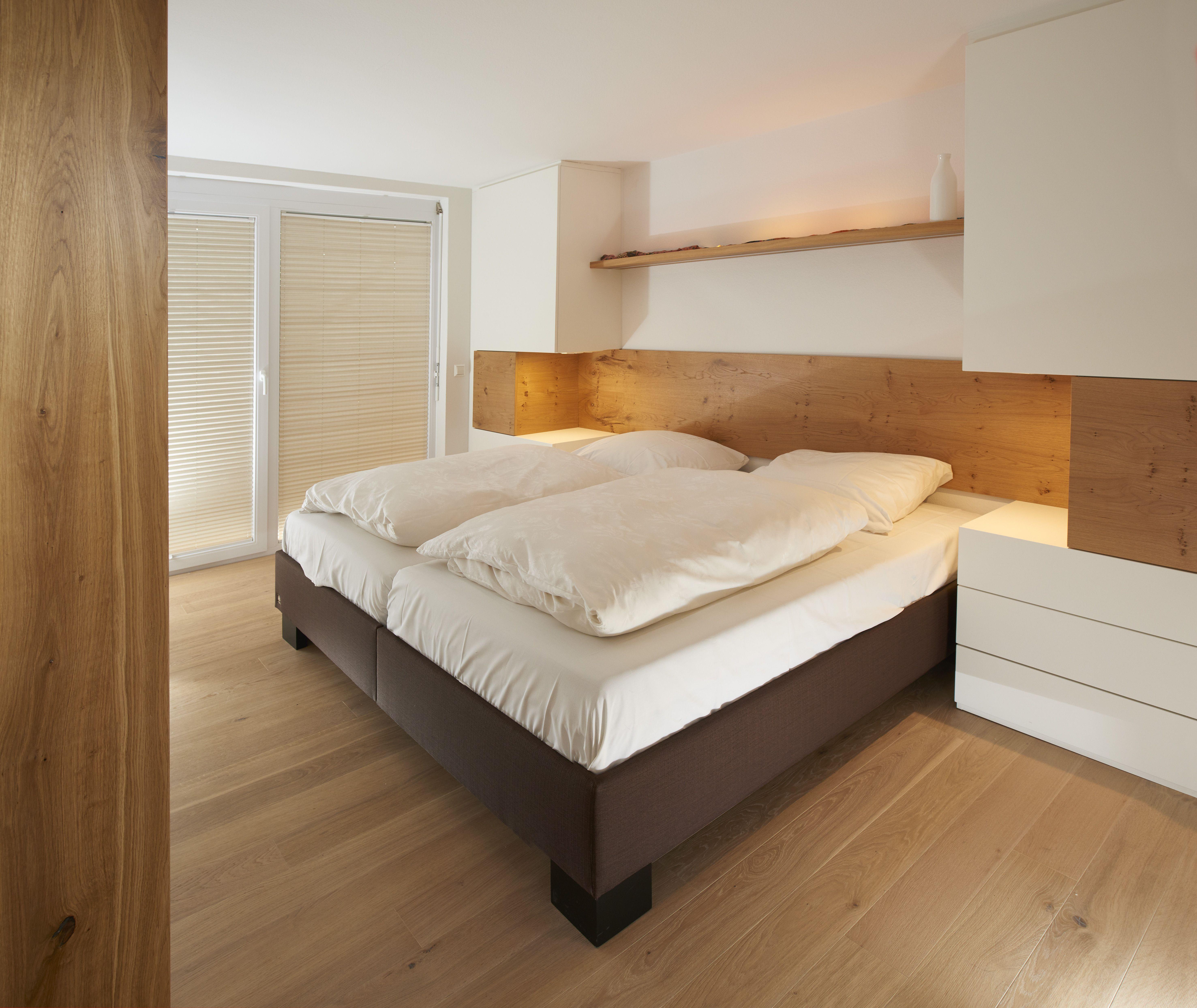 In Diesem Schlafzimmer Ist Das Betthaupt Aus Eiche Furnier In Astiger Ausfuhrung Inkl Indirekter Led Beleuchtung Realisiert Ein Schlafzimmer Zimmer Haus Deko