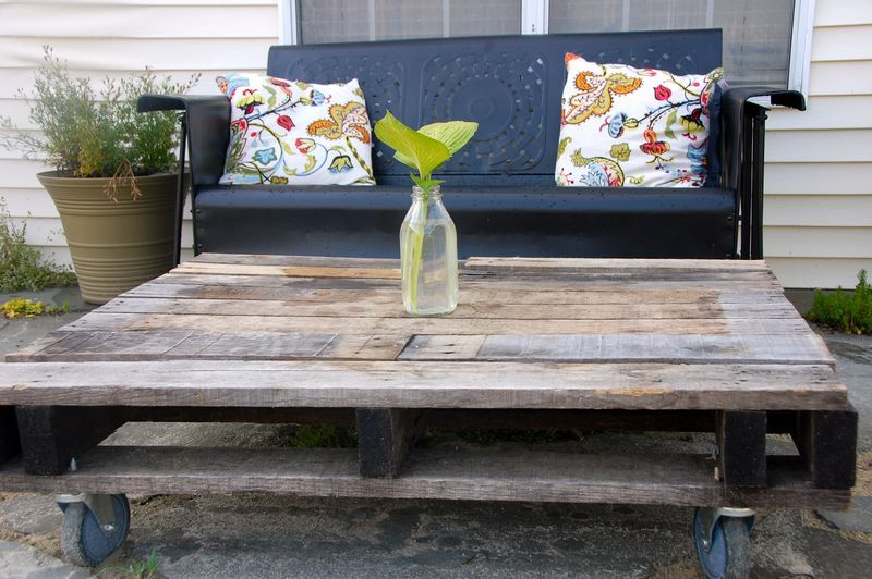 Love this outdoor pallet coffee table!