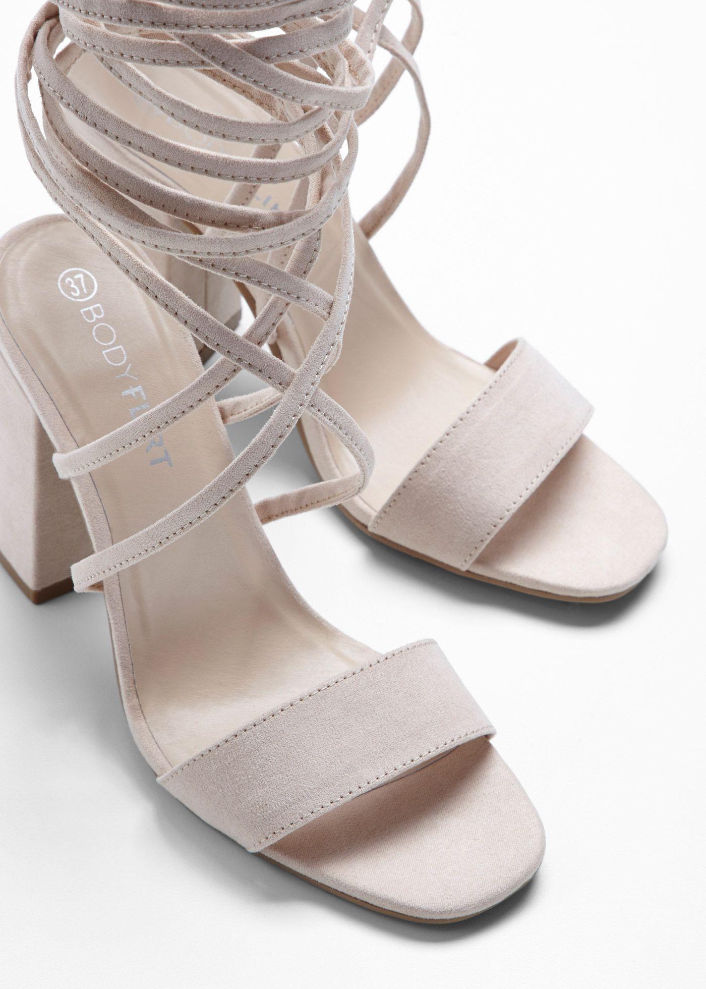 Ein passender Schuh für warme Tage ist diese Sandalette mit