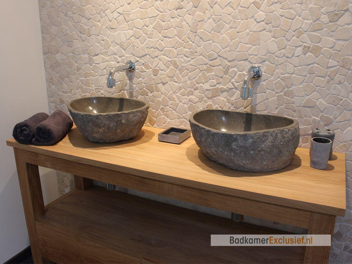Badkamer Exclusief Someren : Teakhouten badkamermeubel met rivierstenen waskommen op de muur
