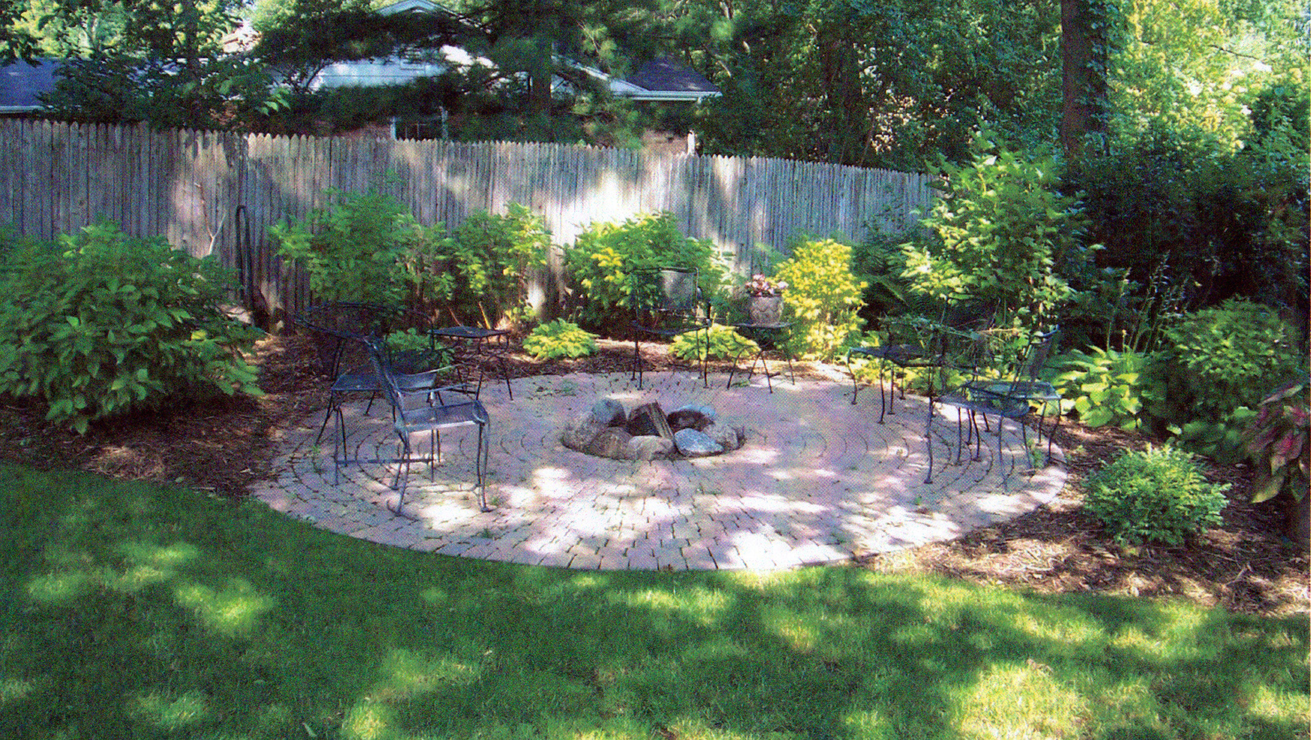 Diy Landscape Design For Beginners Elly S Diy Blog Large Backyard Landscaping Small Yard Design Small Yard Landscaping