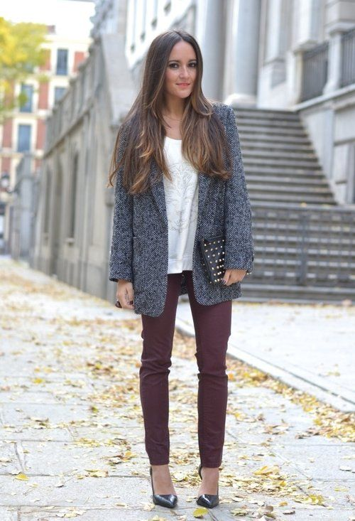 gilet gris - blouse blanche - pantalon bordeau - pochette noir rappel chaussure