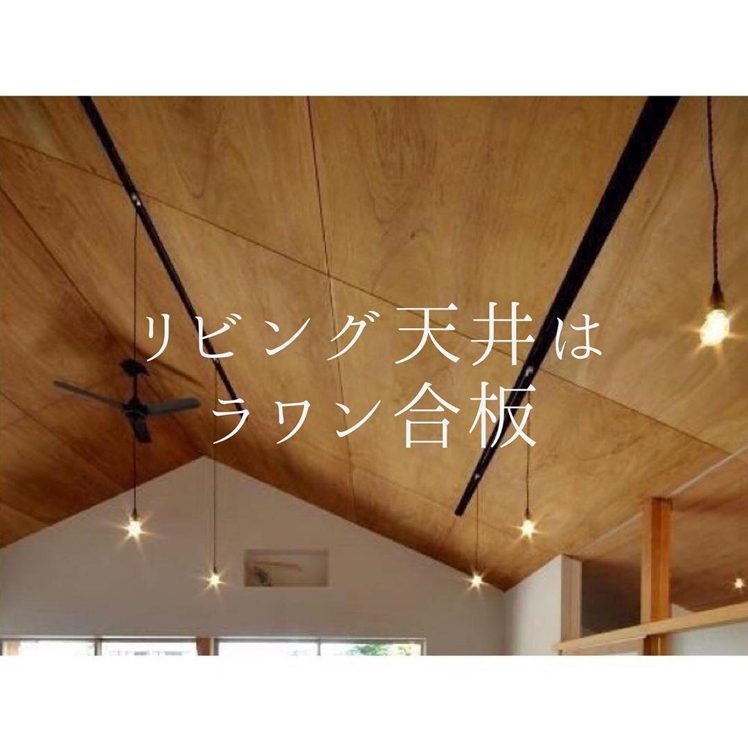 キッチンはあえて天井を少し下げ グレーの木目調に ダイニングとの