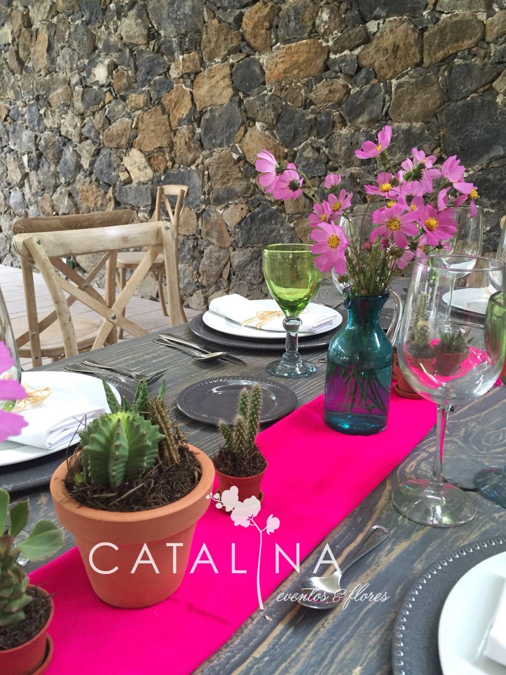 Centro de mesa mexicano con nopales y flores silvestres