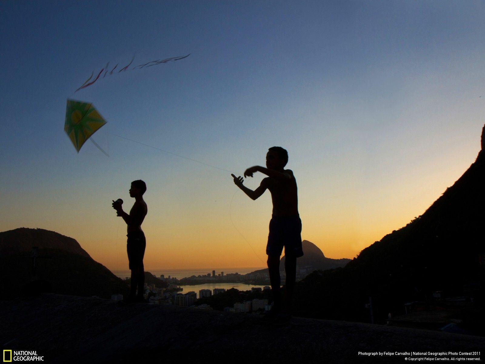 Fotografia e didascalia di Felipe Carvalho  Due ragazzi si sfidano con i loro aquiloni nella favela di Santa Marta, a Rio de Janeiro