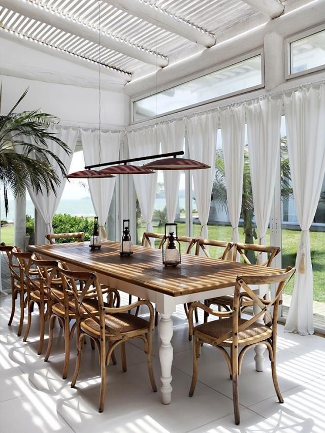 ländlich anmutende-terrasse gestaltung-Essbereich mit Sonnenschutz - ideen terrasse outdoor mobeln