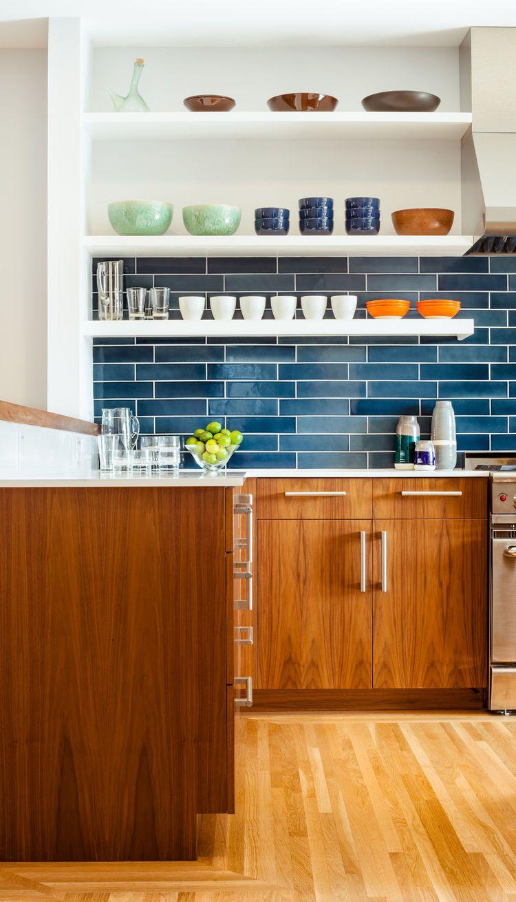 Móveis de madeira + azulejos azuis.