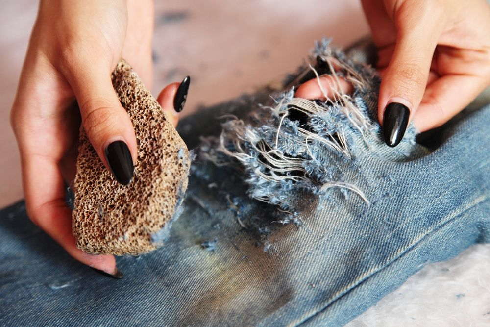 Ripped Jeans DIY.   Step by step making your boyfriend jeans look awesome again.   www.dianarogo.ro I DYROGUE