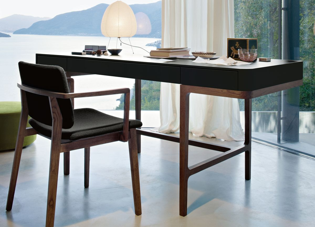 Moderne kantoor bureau tafel met laptop en lege laptop pagina