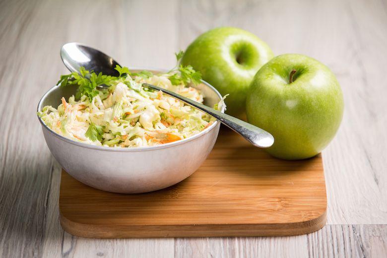 Tämä omenainen coleslaw on ihana lisuke arkena vaikka nakkejen kanssa!  #cremebonjour #tuorejuusto #cremefraiche #arki #arkiruoka  www.cremebonjour.fi